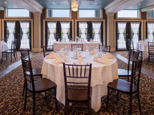 banquet table and chairs for a wedding at Niagara Crossing Hotel & Spa
